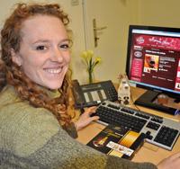 Marie Kellerknecht met la dernière main au site web www.carre-de-chocolat.fr.