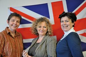 Nathalie Berdolt au centre, entourée par deux professeurs de langue