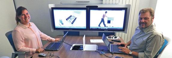 Concept de réunion sur sièges en hauteur, avec possibilité de visualiser les documents de son ordinateur sur un ou deux écrans.