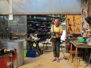 Yves Carrey dans son atelier de soudure et montage de ses oeuvres