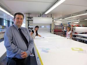 Jean-Marc Scherrer dans l'atelier de découpe manuelle sur mesure
