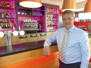 Le directeur Patrick Harmuth au sein du bar de l'hôtel, Le Cockpit.