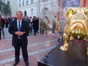 Gilbert Stimpflin devant la CCI de Mulhouse, à droite l'oeuvre de Renato Montanaro pour l'entreprise Thurmelec