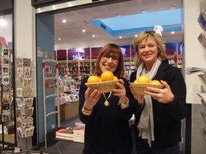 Légende photo: Myriam Weill, membre de l'association L'ABRI et Sarah Lesage, présidente d'AGRUME, devant la librairie 47° Nord